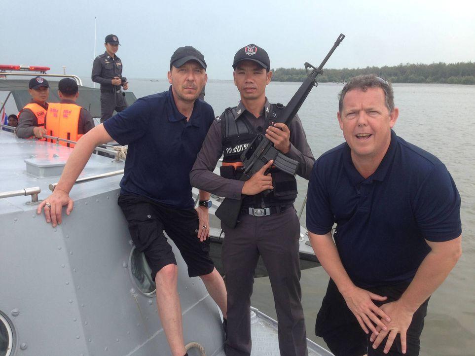 In Thailand sehen der Polizeialltag und der Knastalltag ganz anders aus. Toto (r.) und Harry (l.) werfen trotzdem einen Blick hinein ... - Bildquelle: kabel eins