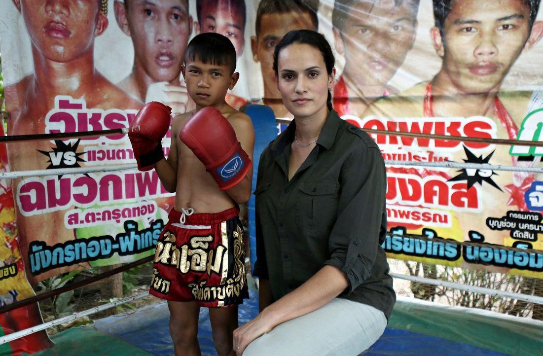 Mary-Ann Ochota (r.) besucht einen Muay Thai Boxer in Thailand - ein Kind, nicht älter als 7 Jahre ... - Bildquelle: Quicksilver Media 2012