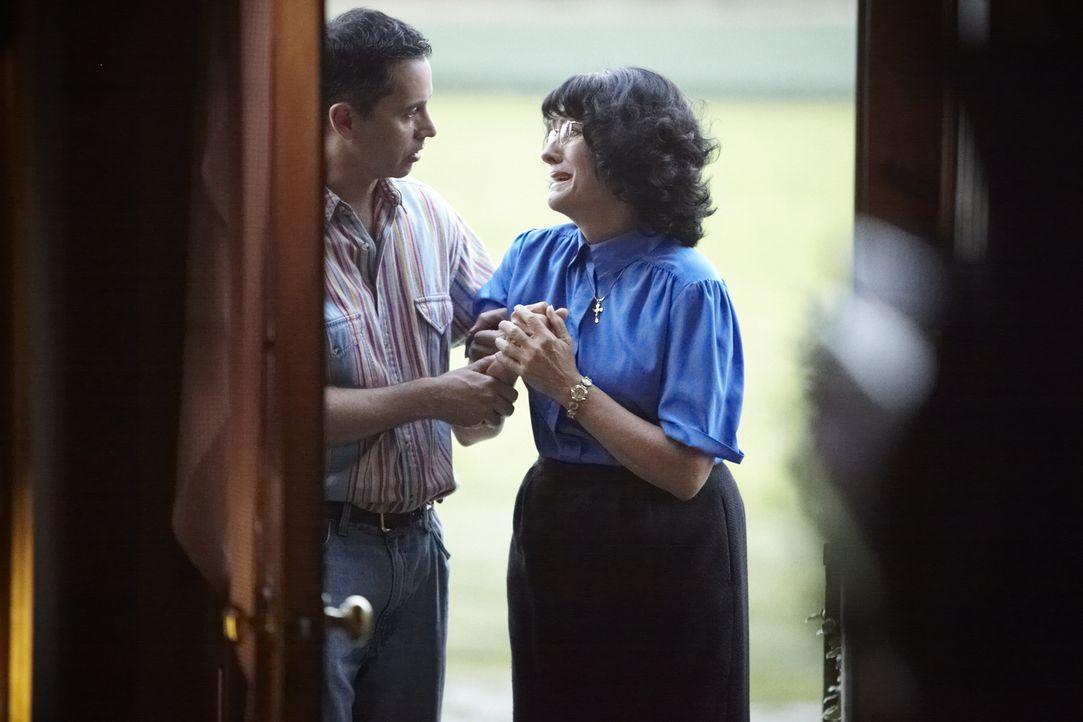 Nach dem Doppelmord an John und Nancy Bosco kann Johns verzweifelte Mutter Antoinette Bosco (Donna M. Armstrong, r.) nicht akzeptieren, dass der Fal... - Bildquelle: Ian Watson Cineflix 2013