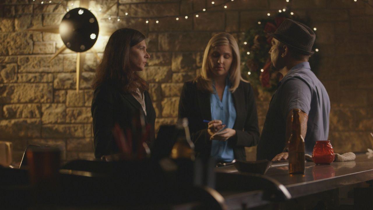 Hat er etwas gesehen? Die Ermittlerinnen Michele Michaels und Molly Daul befragen einen Kellner in der Bar, in der das Opfer Jamie Larson zuletzt ge... - Bildquelle: LMNO Cable Group