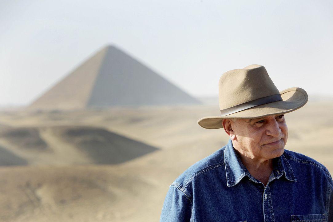 Dr. Zahi Hawass (Foto) hat sich vorgenommen, die Falkenstätte in Sakkara zu restaurieren. Zu Pferd machen sich er und sein Team auf durch die Wüste... - Bildquelle: Shawn Baldwin 2010 A&E TELEVISION NETWORKS. All Rights Reserved.