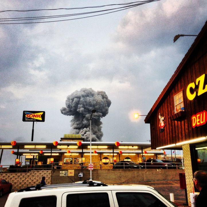 Die gewaltige Explosion einer Fabrik erschüttert eine Kleinstadt in Texas und tötet 15 Bewohner. Die schwarze Wolke der Explosion gleicht einer Bomb... - Bildquelle: 2015 A&E TELEVISION NETWORKS, LLC. ALL RIGHTS RESERVED.