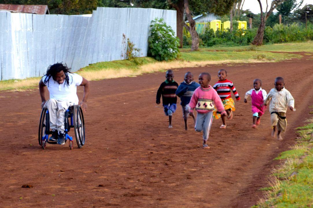 Reporter Ade Adepitan (l.) reist nach Kenia, um dort in die Welt des Leistungssports einzutauchen und die Wahrheit über Doping und Korruption in Zus... - Bildquelle: Quicksilver Media
