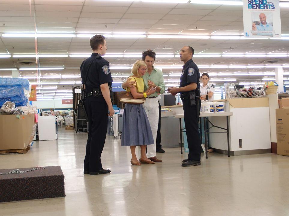 Nach dem plötzlichen Verschwinden ihres Sohnes Adam mitten im Kaufhaus sind die Eltern Reve Walsh (Jennifer Fullerton, 2.v.l.) und John Walsh (Matt... - Bildquelle: Steven Lungley Cineflix 2011