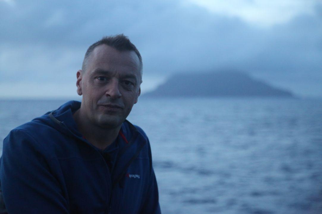 Tom Waes neues Reiseziel ist die einsame Insel Pitcairn. Weil sie mitten im Pazifik liegt, dauert die Anreise drei Tage. Für Tom jedoch kein Hindern... - Bildquelle: 2013 deMENSEN