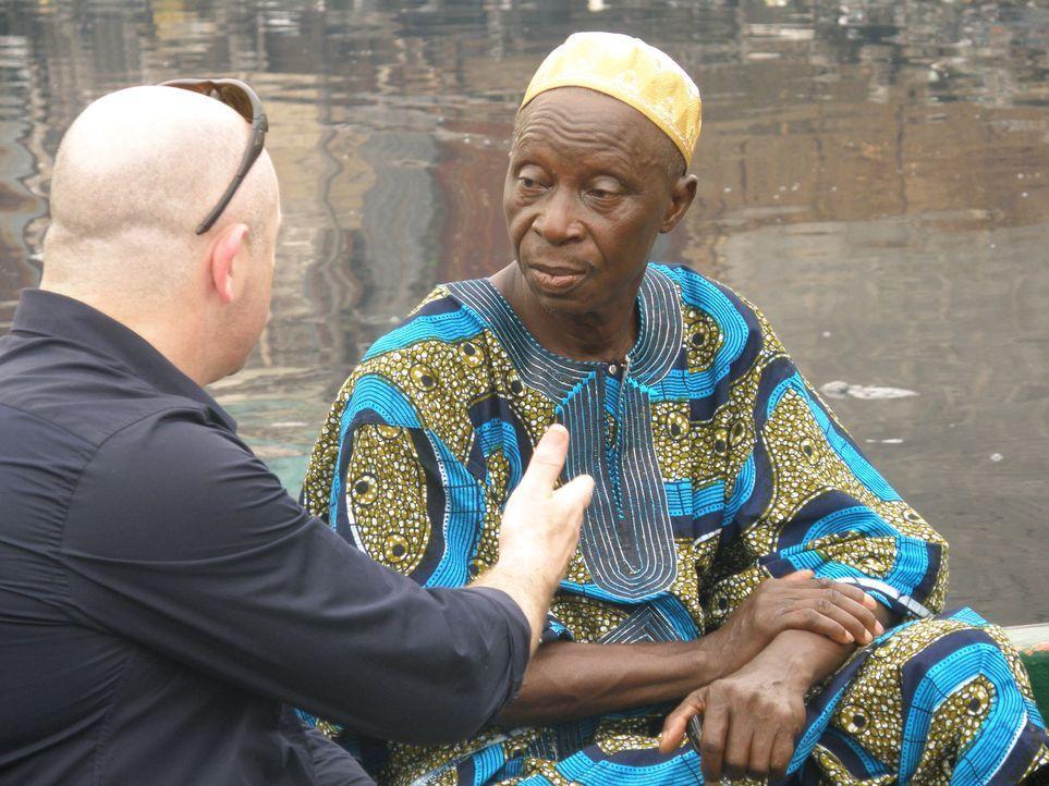 Ross Kemp (l.) spricht in Somalia mit Einwohnern, um zu erfahren, warum die Menschen dort als Piraten die großen Frachtschiffe kapern. Ist es die Gi... - Bildquelle: British Sky Broadcasting