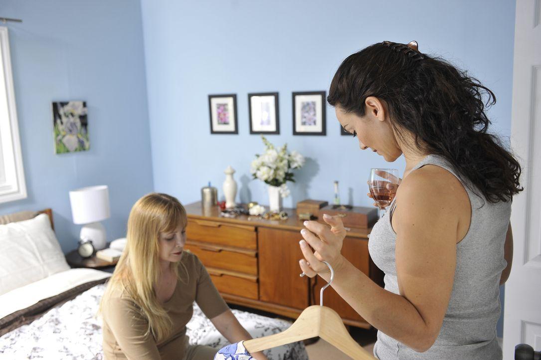 Als sich Jeanine Harms (Adrian Ivonne Cowan, r.) mit ihrer Freundin Chingiy (Anna Huh, l.) auf ihre Dates vorbereitet, ahnt keine der beiden Frauen,... - Bildquelle: Jag Gundu Cineflix 2012