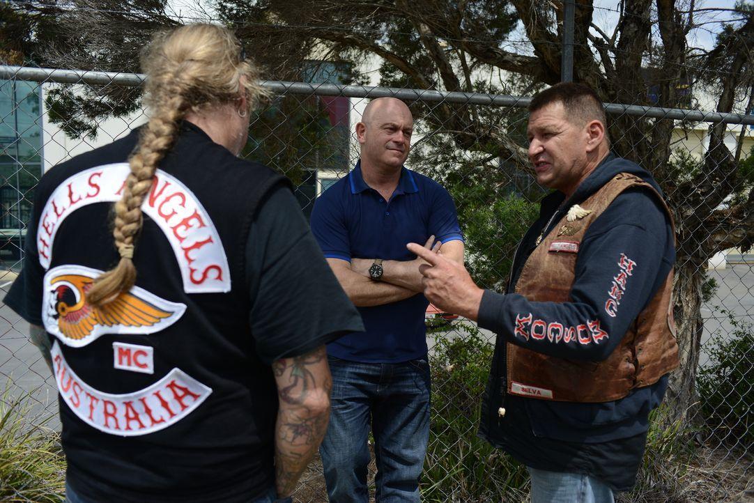 Wer sind die Menschen, die sich Motorrad-Gangs anschließen? Ross Kemp (M.) spricht mit den Mitgliedern der Rebels und der Hells Angels, welche von d... - Bildquelle: Freshwater Films Ltd 2015