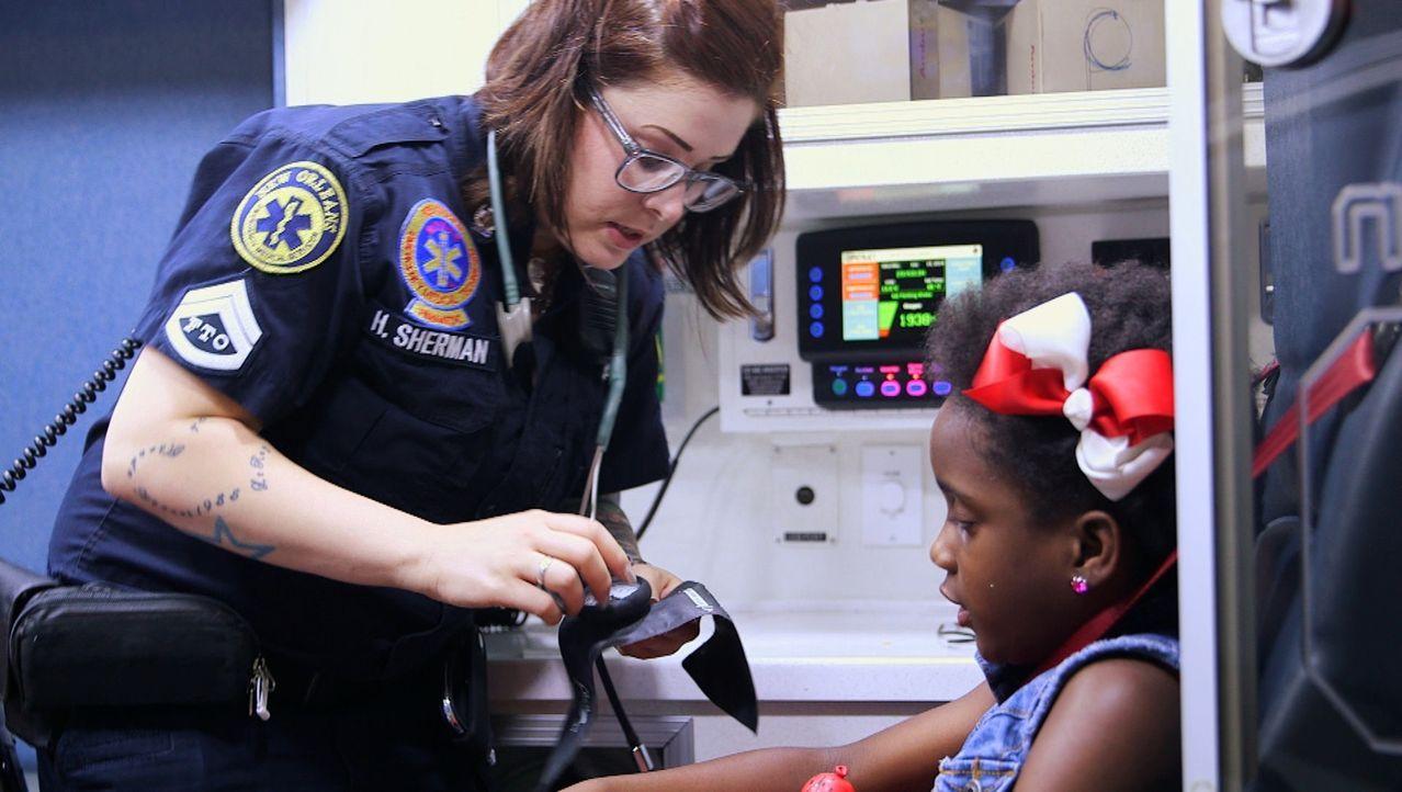Eine Frau, auf die man sich verlassen kann: Sanitärin Holly Monteleone-Sherman (l.) aus New Orleans behandelt ein kleines Mädchen im Krankenwagen. - Bildquelle: 2014 Wolf Reality, LLC and 44 Blue Productions, Inc.  All Rights Reserved.