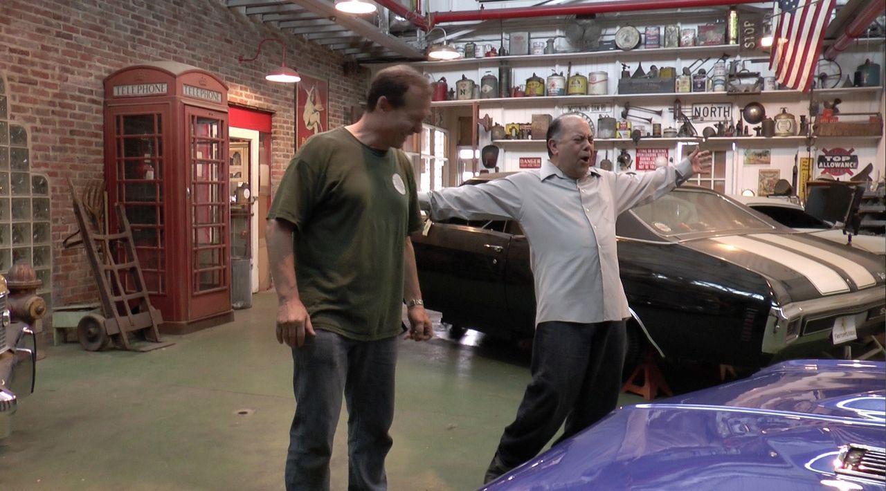 Beigeisterter Kunde: Nachdem der 1967er Chevelle von George (r.) früher nicht so restauriert wurde, wie es sich der Besitzer vorgestellt hatte, bewu... - Bildquelle: New Dominion Pictures LLC.