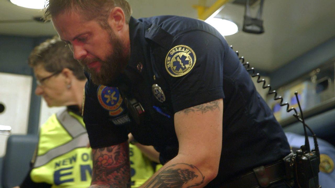 Blutige Szene für die Nick Manning (r.), Keeley Williams (l.) und Holly Monteloene: Die drei Sanitäter versuchen den Arm einer Frau zu retten, den s... - Bildquelle: 2015 Wolf Reality, LLC and 44 Blue Productions, Inc.  All Rights Reserved.