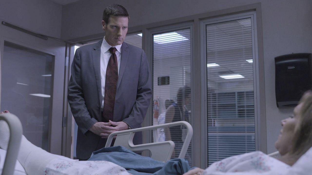 Lt. Joe Kenda (Carl Marino, l.) wird gerufen, um einen bizarren Fall der Vergiftung in einem belebten Innenstadtkrankenhaus zu lösen. Doch Kenda ist... - Bildquelle: Jupiter Entertainment