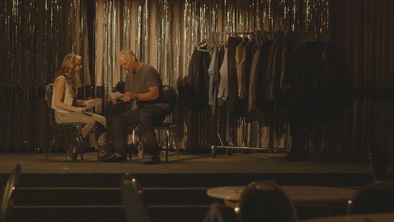 """""""Hollywood-Star"""" Jimmy Ferrara spielt eine Szene mit Schauspielkollegin Carly. Er ahnt noch nicht, dass sein Leben bald wie in einem Krimi-Drama auf... - Bildquelle: LMNO Cable Group"""