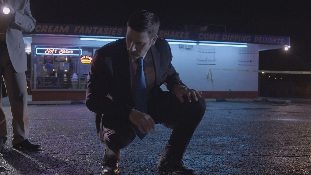 Auf Spurensuche: Nachdem ein 16-jähriger Junge an einer Imbissbude getötet wurde, sucht Lt. Joe Kenda (Car Marino, l.) nach Hinweisen auf den Täter.... - Bildquelle: Jupiter Entertainment.