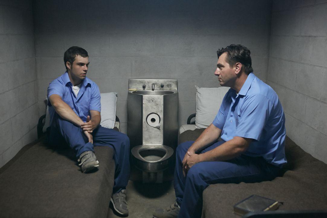 Der wegen eines anderen Delikts inhaftierte Richard Penque (Brad Linton, l.) erzählt einem Zellengenossen von seinen Alpträumen. Er soll seine Nachb... - Bildquelle: Ian Watson Cineflix 2015
