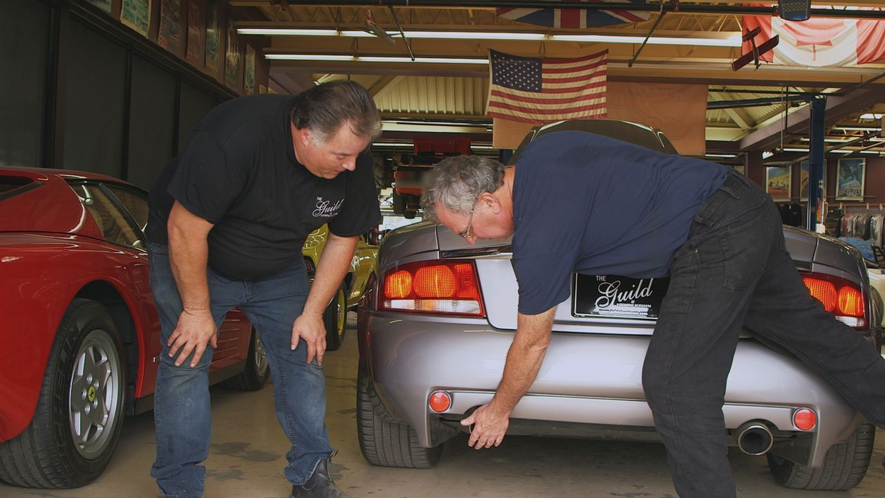 Greg und Ron zerbrechen sich die Köpfe über einem Aston Martin Vanquish, des... - Bildquelle: Productions Pixcom Inc.