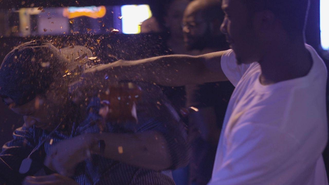 Eine massive Schlägerei in einer Bar gipfelt mit einem tödlichen Schuss auf einen 21-jährigen Soldaten und werdenden Vater. Da jedoch niemand gesehe... - Bildquelle: Jupiter Entertainment