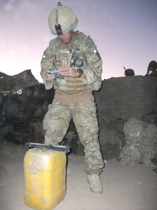 "Jeder Einsatz kann sie das Leben kosten! ""Bomb Squad"" begleitet die Arbeit von Bombenentschärfungsteams in Afghanistan. Adam hat auf seiner Mission... - Bildquelle: Crown Copyright/MOD/Gaz, Electronic Warfare Specialist Brimstone 47"