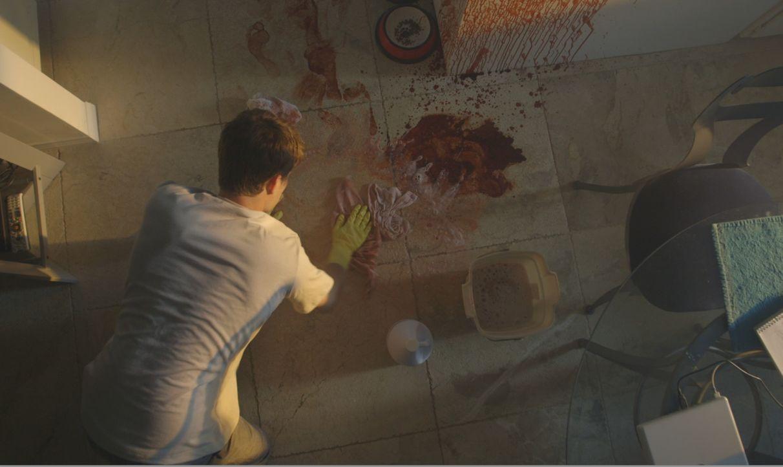 Joseph Roberts (Foto) reinigt den blutverschmierten Boden, auf dem er Britany Tavar getötet hat. Schafft Joseph es, den Mord zu vertuschen? Oder kom... - Bildquelle: LMNO Cable Group