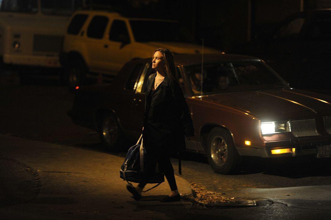 Auf dem Heimweg läuft Renée Rondeau ahnungslos an ihrem Mörder vorbei, der im Auto auf sie wartet. Wenig später wird der Täter sie in ihrer Wohnung... - Bildquelle: Jag Gundu Cineflix 2012