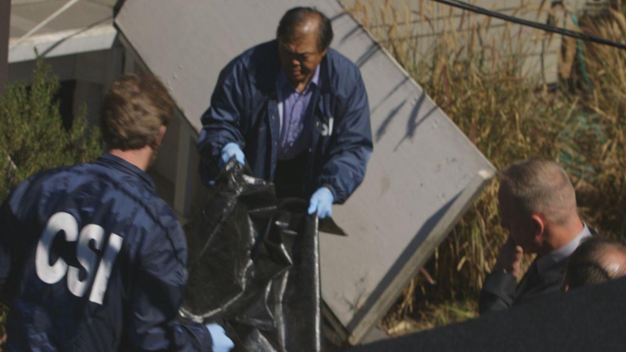 Die Ermittler machen einen grausamen Fund: In einem Bunker hinter dem Haus finden sie die blutüberströmte Leiche von Ashley Pollow. - Bildquelle: LMNO Cable Group