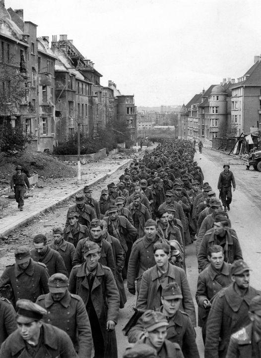 Aachen, 1944: Warum haben Millionen Adolf Hitler und seine Politik bis zur Zerstörung des eigenen Landes unterstützt? - Bildquelle: US National Archives