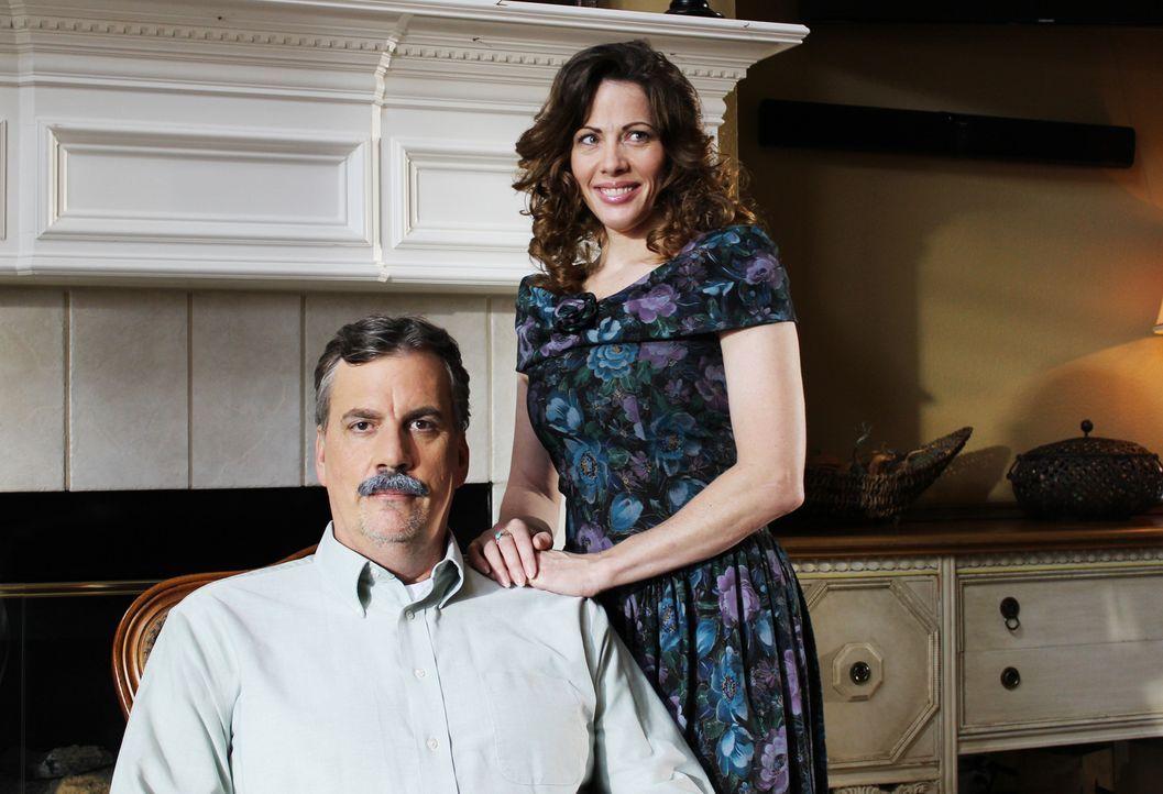Polizist Drew Peterson (l.) und seine Frau Kathleen Savio (r.): Kathleen wird wenig später tot in der Badewanne aufgefunden. Obwohl es einige Unklar... - Bildquelle: 2015 AMS Pictures. All Rights Reserved