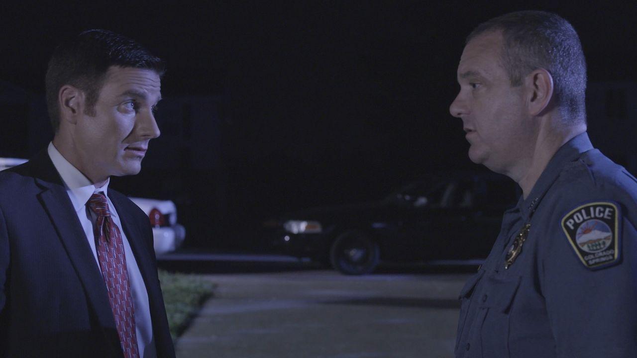 Schwieriger Fall für Lt. Joe Kenda (Carl Marino, l.): Die Polizei findet den leblosen Körper von Willi McCarty an einer Treppe, doch hat zuerst kein... - Bildquelle: Jupiter Entertainment