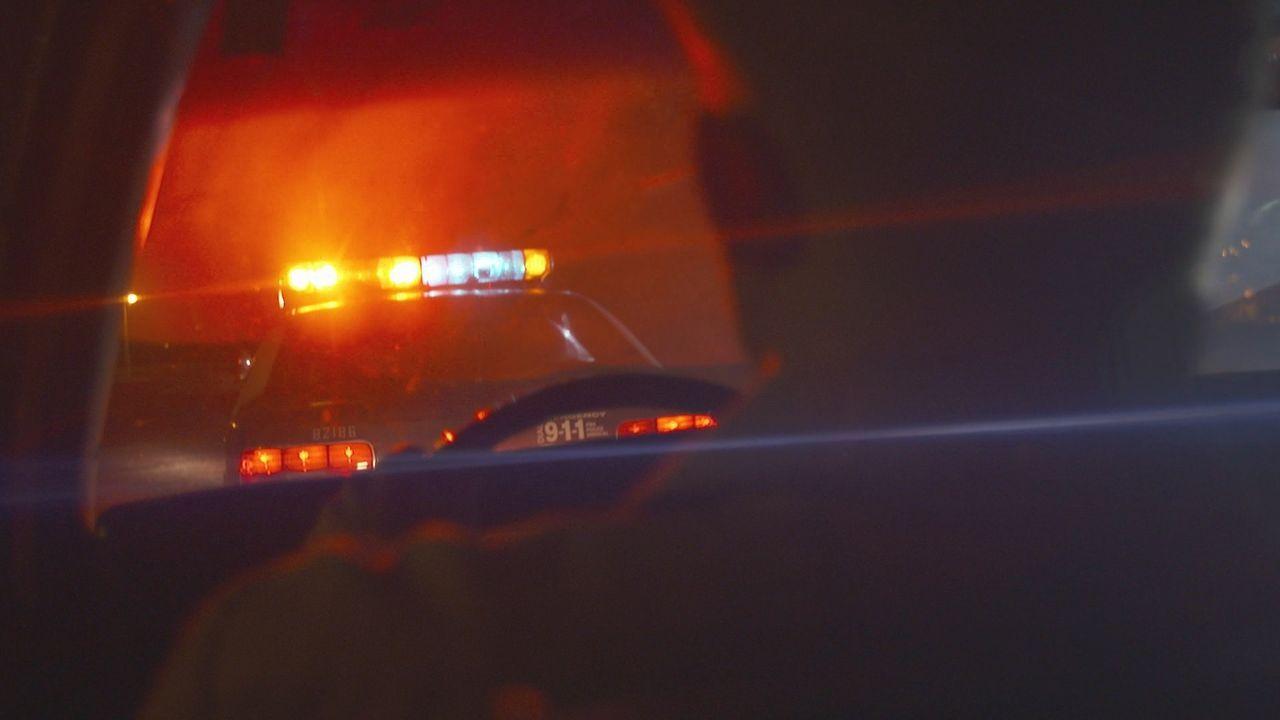 Nachdem Sergeant Gregory Martin am 5. Oktober 1996 ein verdächtiges Fahrzeug gestoppt hat, will ihm sein Freund und Kollege Van Tate am Tatort zu Hi... - Bildquelle: LMNO Cable Group