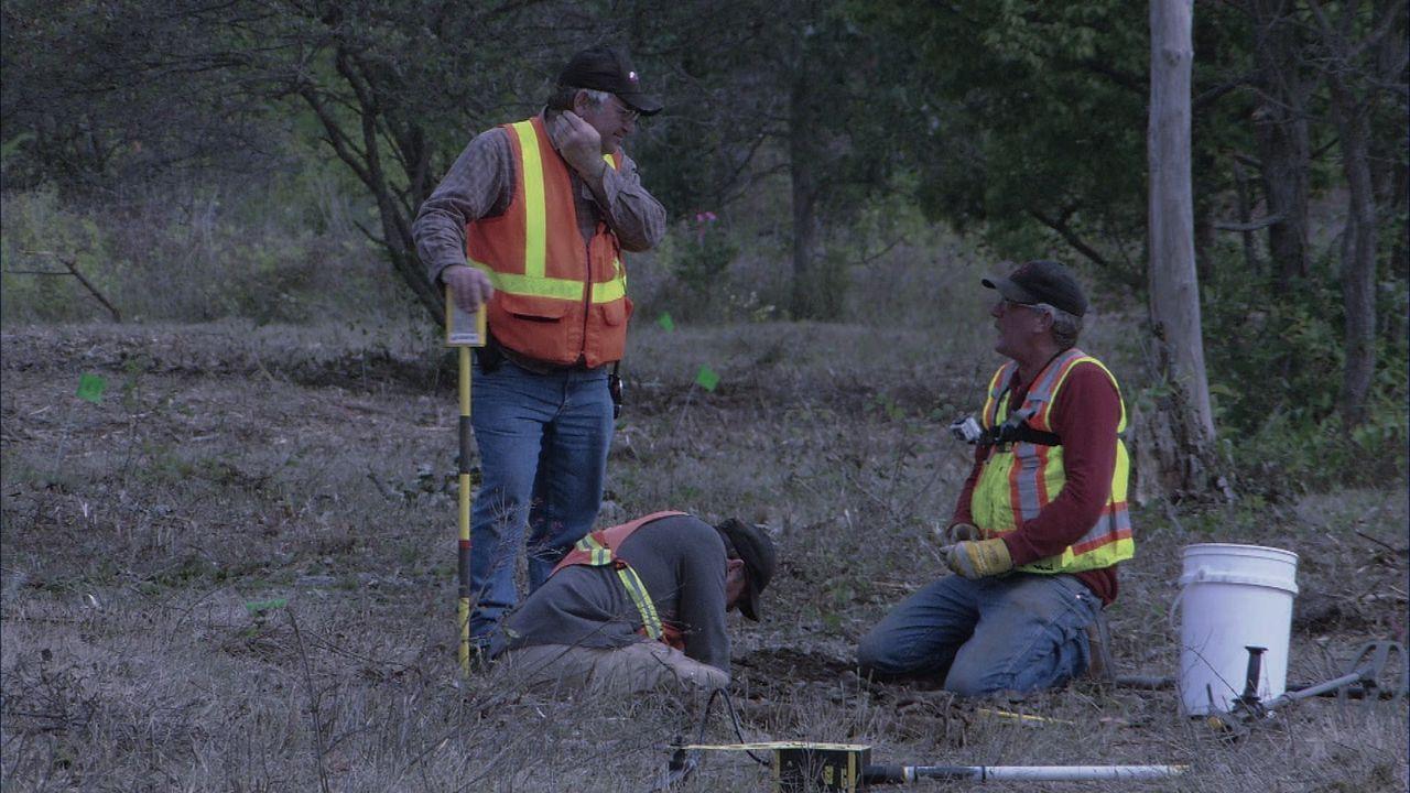In Ontario verzögert sich die Arbeit der Bombenentschärfer Eric (l.)und Terry (r.), weil ein Prüfer des Verteidigungsministeriums die Fundstelle bes... - Bildquelle: 2012 PIXCOM PRODUCTIONS INC.