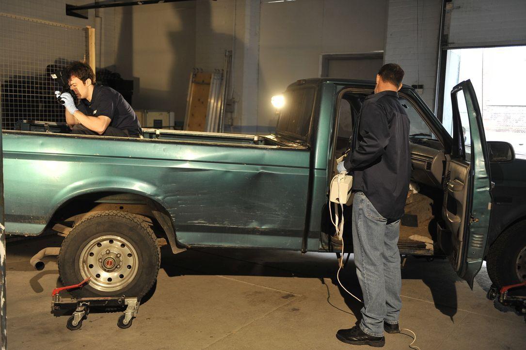 An der Oberfläche von Todd Ray's Truck entdecken die Kriminaltechniker Blutspuren. Todd ist einer der zwei Männer, die verdächtigt werden, die junge... - Bildquelle: Jag Gundu Cineflix 2012