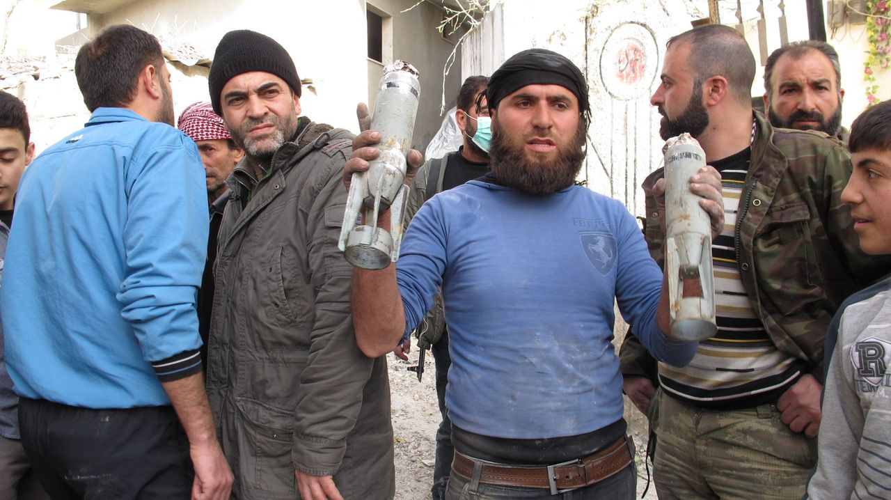 Während Bombenanschläge und Terror den Alltag in Syrien bestimmen, kämpft der syrische Arzt Rami Habib (4.v.l.) in der Frontstadt Salma gegen alle W... - Bildquelle: Quicksilver Media 2012