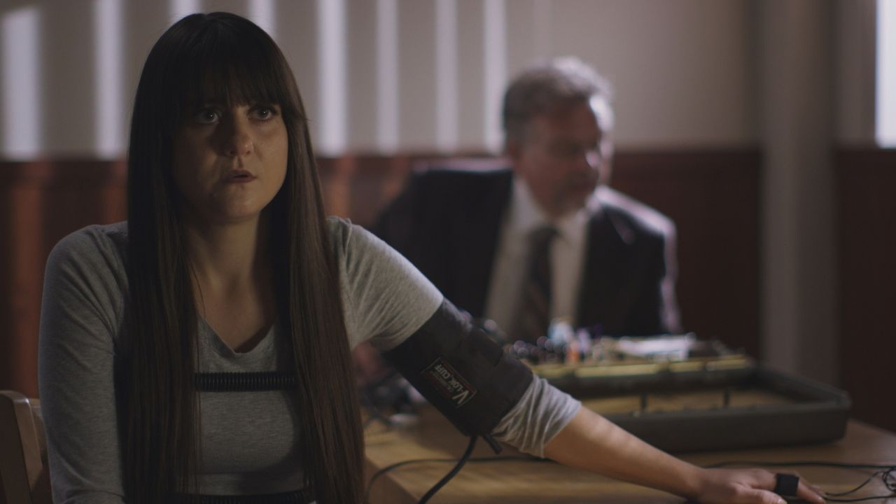Verdächtig: Kelly Morgan wird von der Polizei mit einem Lügendetektor befragt... - Bildquelle: MMXVI LMNO Cable Group, Inc.