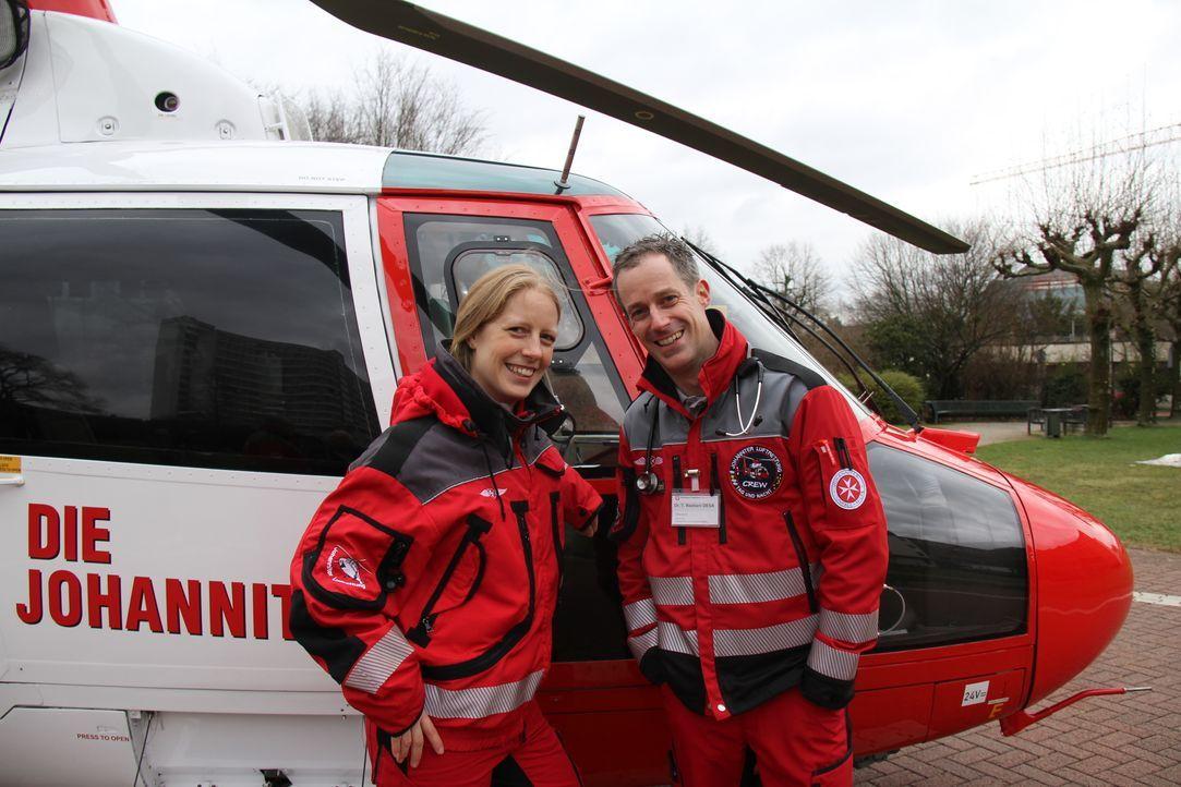 Dr.med. Tino Bastiani (r.) ist Oberarzt für Anästhesie und Intensivmedizin. Bei seinen Rettunseinsätzen mit dem Hubschrauber kommt es beim Kampf um... - Bildquelle: kabel eins
