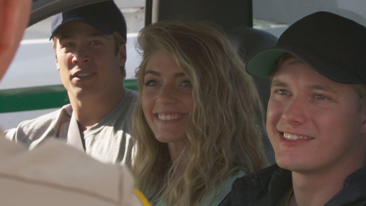 2002 machen sich die Abiturienten Kelly Corbin (M.), Jim Daniels (r.) und Justin Roberts (l.) in Texas auf den Weg zu einer nächtlichen Angeltour au... - Bildquelle: LMNO Cable Group