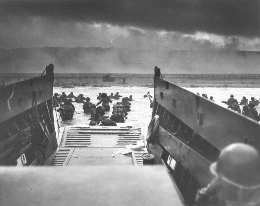 Im Juni 1944 schließen sich amerikanische, britische und kanadische Truppen ... - Bildquelle: NARA
