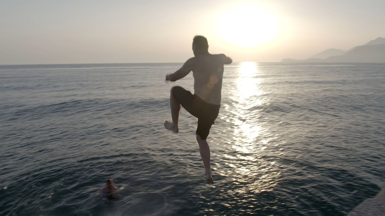 Albanische Abkühlung: Auf seiner neuen Reise auf eigene Gefahr, entdeckt Tom Waes ein wahnsinnig schönes Land mit freundlichen Einheimischen, eigena... - Bildquelle: 2013 deMENSEN