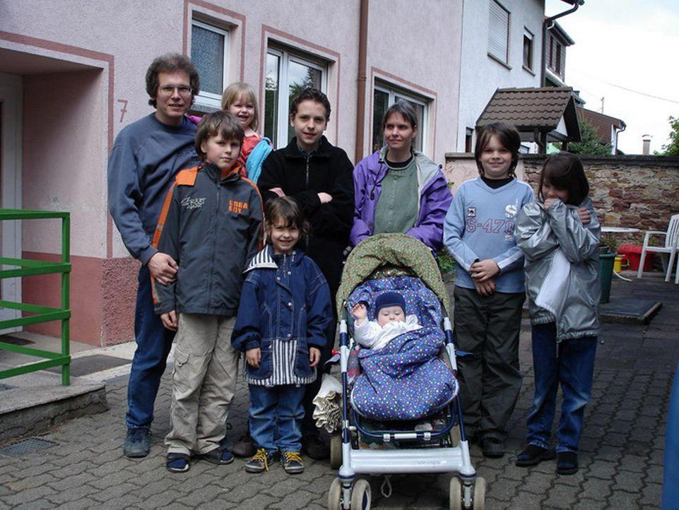 Eine Großfamilie wie sie im Buche steht: (hinten v.l.n.r.) Matthias (43), Isabel (3), Daniel (14), Ute (43), Christoph (10), Miriam (8) (vorne v.l.n... - Bildquelle: ProSiebenSat.1 TV