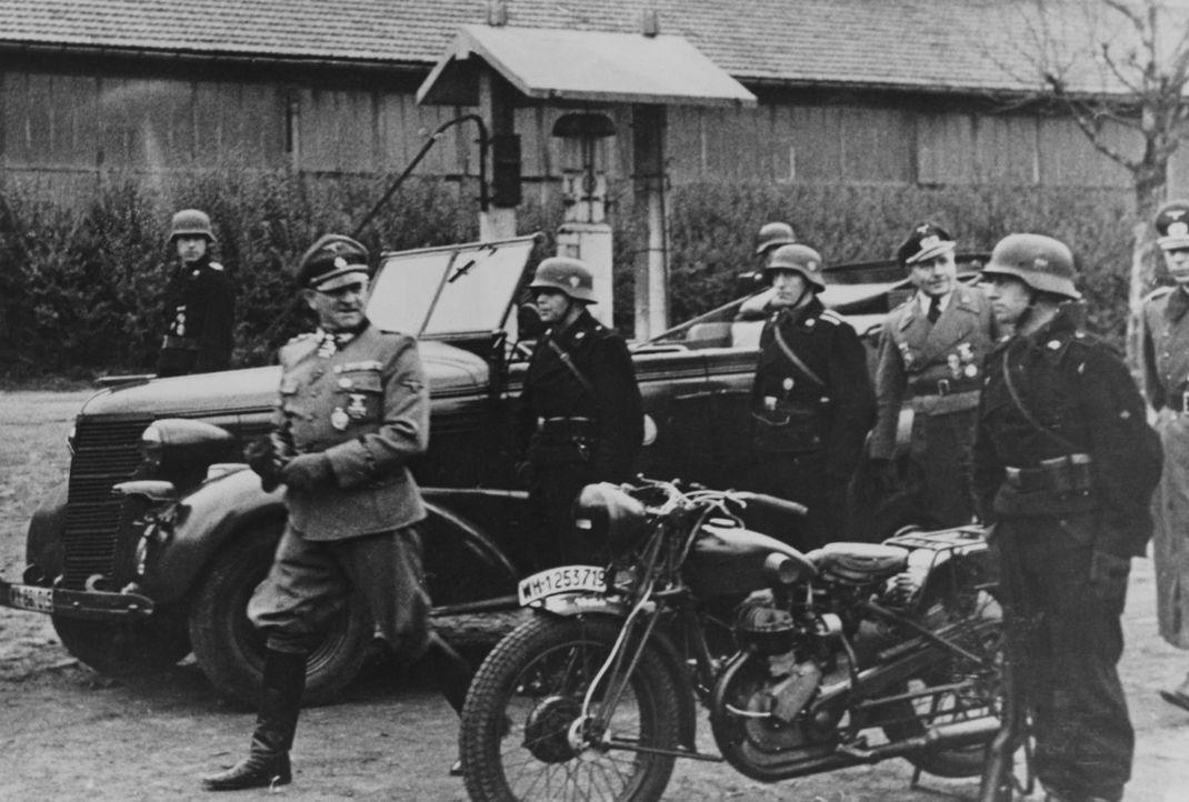 Im November 1937 verkündet Adolf Hitler (l.) seinen Generälen seine geheimen militärischen Pläne: Österreich sowie die deutschsprachigen Teile der T...