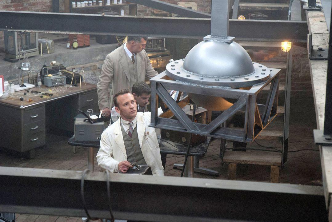 Werner Heisenberg (vorne) baut einen kleinen Kernreaktor, um seine Theorien der Atomspaltung zu testen. Heisenbergs Experimente haben Erfolg. Somit... - Bildquelle: MICHAEL HOSENFELD