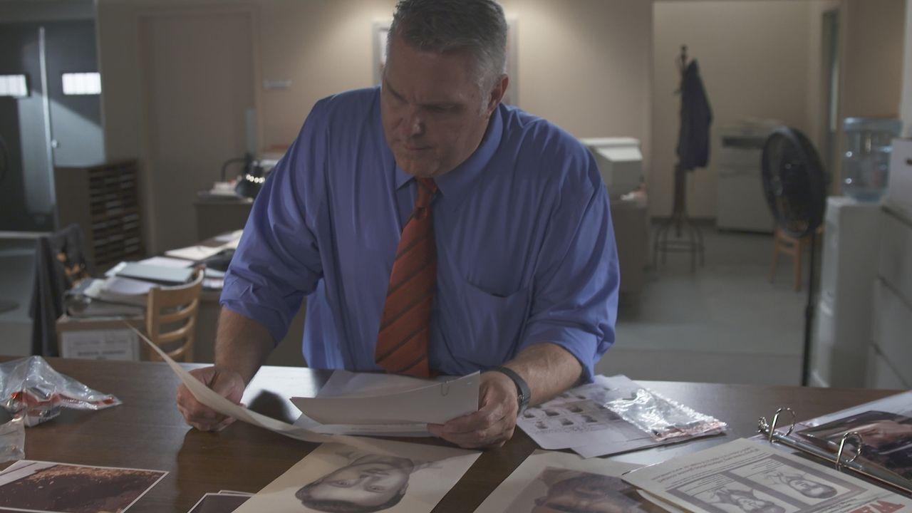Zehn Jahre nach dem ungeklärten Mord an Sergeant Gregory Martin holt der neue Polizeichef von Jonesville, NC Roger den ursprünglichen Ermittler Ron... - Bildquelle: LMNO Cable Group