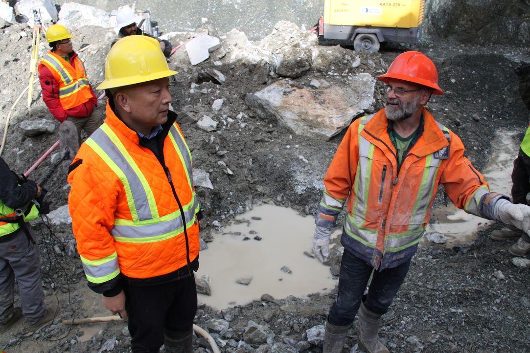 In der Jade-Mine suchen Chef Robin Bunce (r.) und Mitarbeiter Alan Qiao (l.) auf Hochtouren nach den wertvollen Edelsteinen. Werden sie fündig? - Bildquelle: JADE PRODUCTIONS LTD.