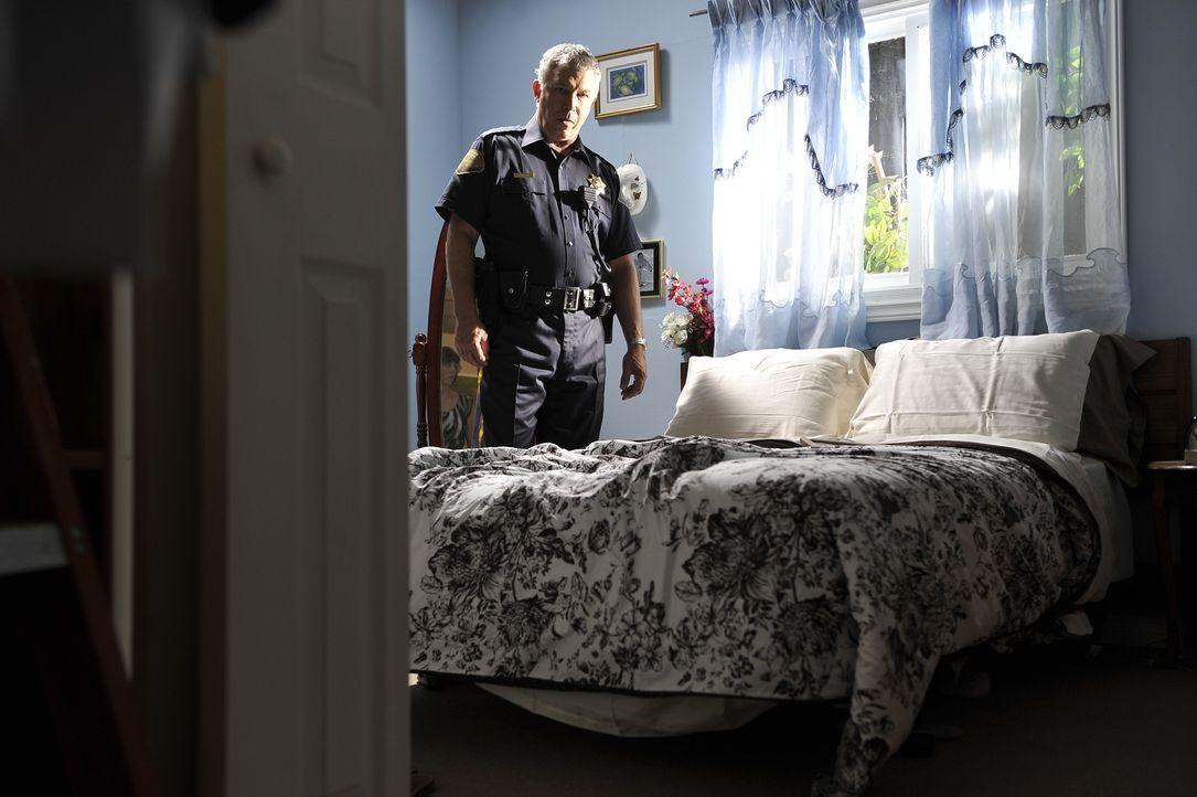 Finden die Polizisten (Alan K. Sapp, Bild) in der Wohnung der vermissten Jeanine Harms Hinweise darauf, was an dem Abend, an dem sie gleich zwei Dat... - Bildquelle: Jag Gundu Cineflix 2012