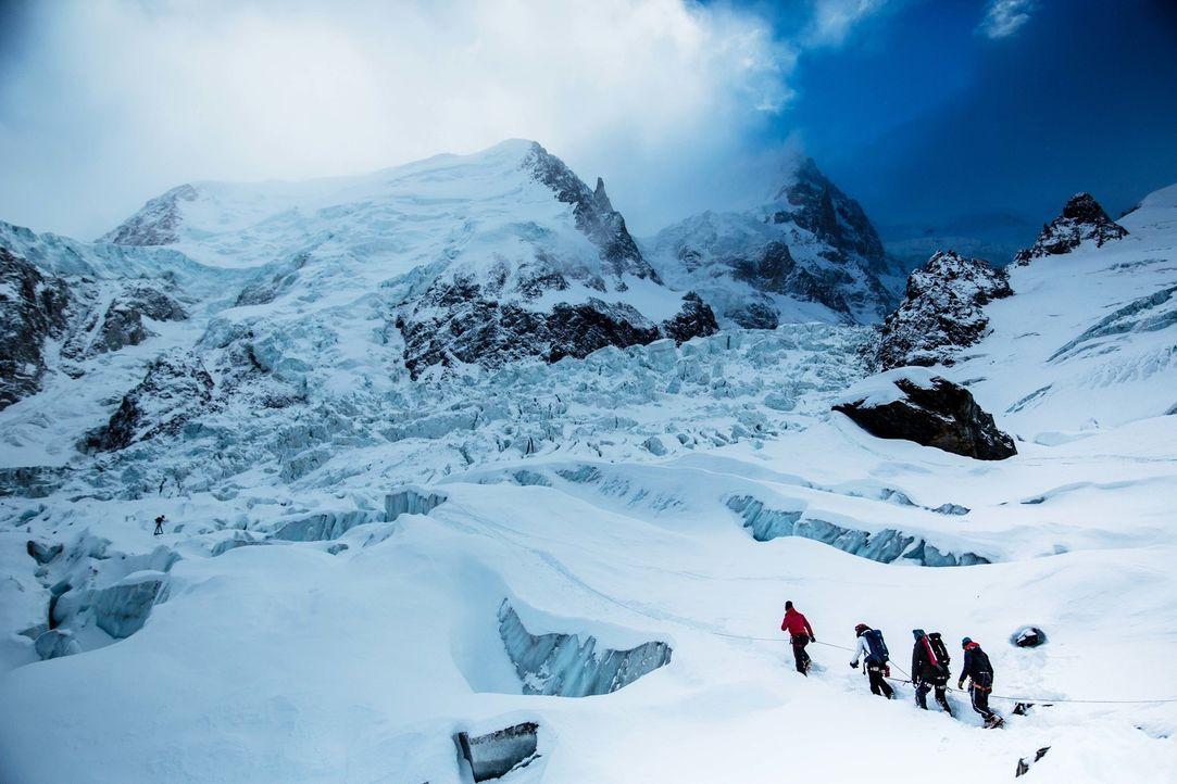 Bill Weir (l.) reist in die französischen Alpen. Mit einheimischen Bergführern und Umweltschützern wandert er zwischen eisigen Gipfeln, Schneefelder... - Bildquelle: Bill Weir 2015 Cable News Network. A Time Warner Company. All Rights Reserved.