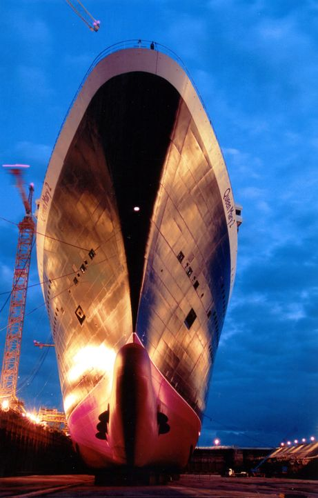 Die Queen Mary 2 ist eines der größten Kreuzfahrtschiffe der Welt, sie wird auch als schwimmende Stadt bezeichnet und es finden rund 2.600 Passagier... - Bildquelle: Exploration Production Inc.
