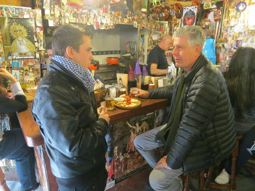Während der Semana Santa - der heiligen Woche vor Ostern - reist Anthony Bourdain (r.) nach Andalusien in Spanien und verschafft sich über das Essen... - Bildquelle: 2013 Cable News Network, Inc. A TimeWarner Company. All rights reserved.