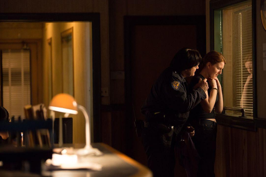 Die Polizei, Dein Stalker und Helfer: Der fiese Cop bedrängt Lindsay Keenan - die Schwester des verhafteten John Keenan. - Bildquelle: Darren Goldstein Cineflix 2014
