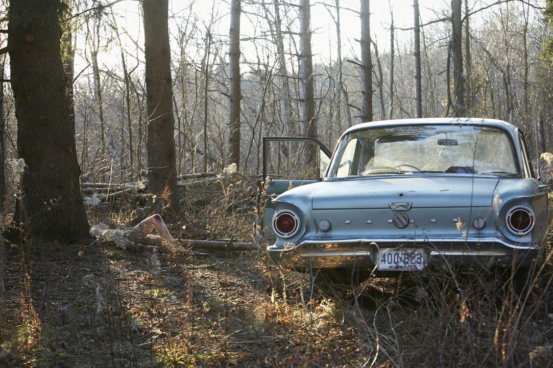 Wer hat Debra Dill (Kelsea Meredith) getötet? In einem Waldstück am Rande der verlassenen Whimperville Road finden Polizisten die Leiche der 18-Jähr... - Bildquelle: Ian Watson Cineflix 2015