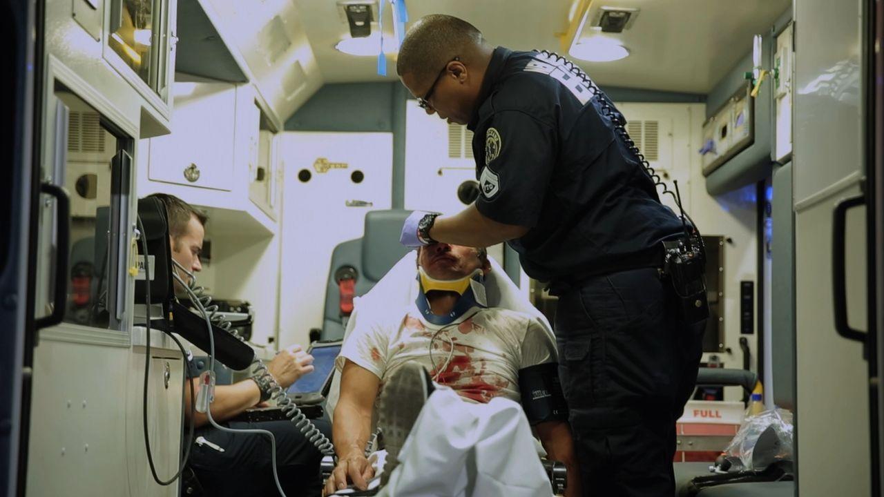 Beziehungstat: Die EMS-Sanitäter Dan Flynn (l.) und Titus Tero (r.) versorgen nach einem heftigen Beziehungsstreit die blutigen Stichwunden eines Ma... - Bildquelle: 2015 Wolf Reality, LLC and 44 Blue Productions, Inc.  All Rights Reserved.
