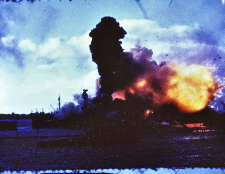 Die Bombardierung von Pearl Harbor versetzt die USA in einen Schockzustand. Die Regierung fürchtet weitere Angriffe Japans und ein Attentat auf den... - Bildquelle: 2011 A&E TELEVISION NETWORKS.
